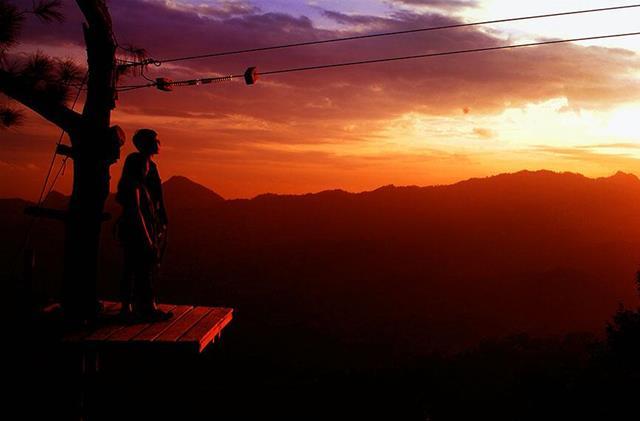 Asiknya Sunset Romantis Di Kalibiru.