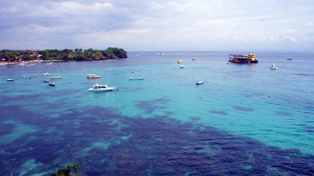 Bemain di laut dekat Nusa Lembongan adalah kegiatan yang menyenangkan!