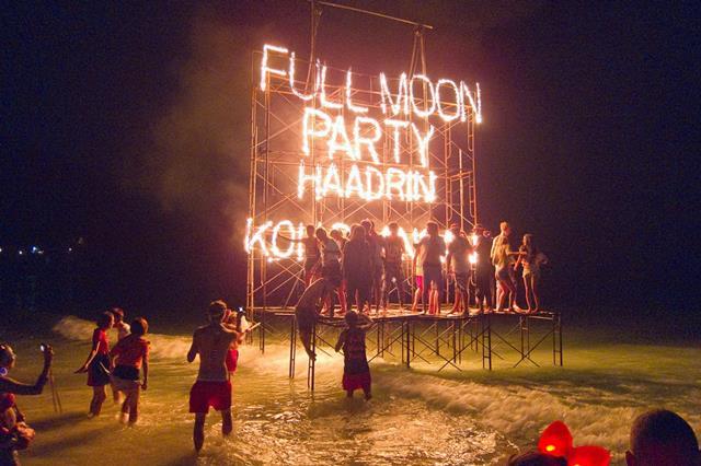Bersenang - Senang Di Full Moon Beach Party