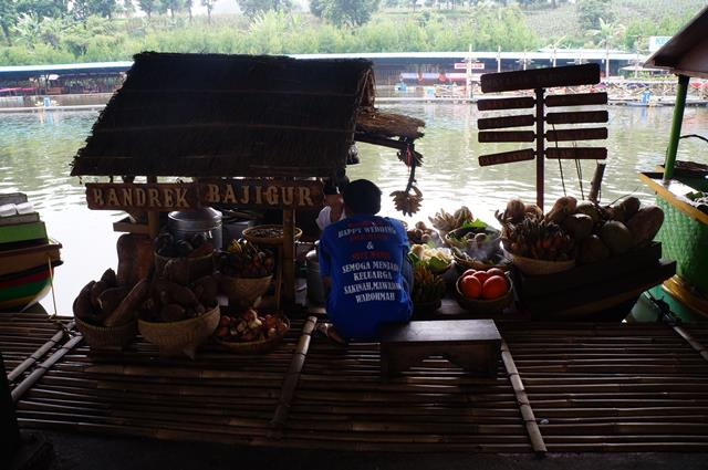 Want to try shopping while culinary directly from a floating boat? Just go to the Floating Market Lembang!