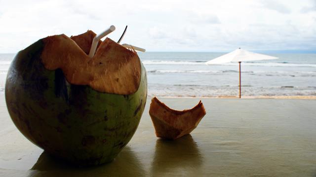 Seharian menikmati kelapa muda sambil menikmati suasana Pantai Balangan juga tidak ada salahnya.