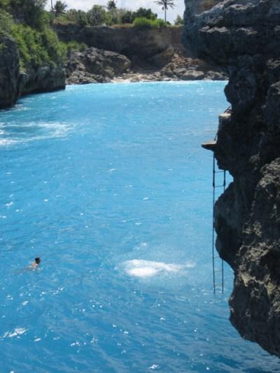 Tetap tenang setelah melompat dari Cliff Jump Point, jangan melawan arus dan segera cari dimana posisi tangga untuk naik berada.