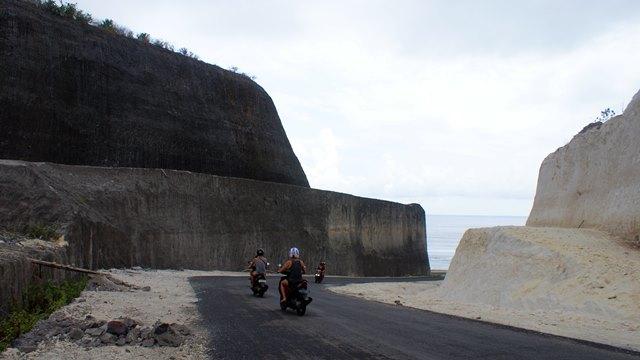Untuk menuju Pantai Pandawa harus membelah bukit kapur yang terjal ini.