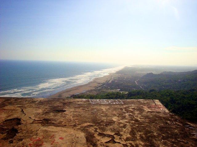 Dari Bukit Parang Endog adalah cara terbaik menikmati  garis pantai selatan Yogyakarta secara keseluruhan.