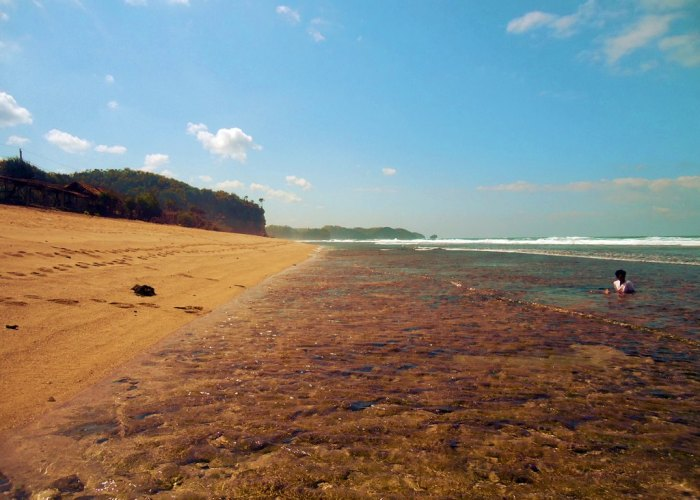 Di Pantai Sepanjang Semua Pasti Senang