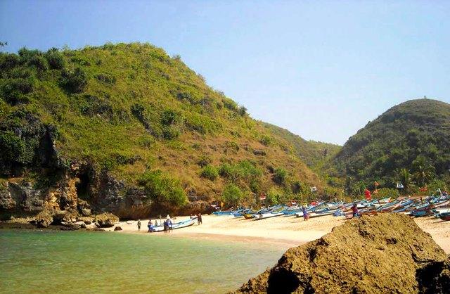 Mayoritas penduduk yang tinggal di dekat pantai ini adalah nelayan.