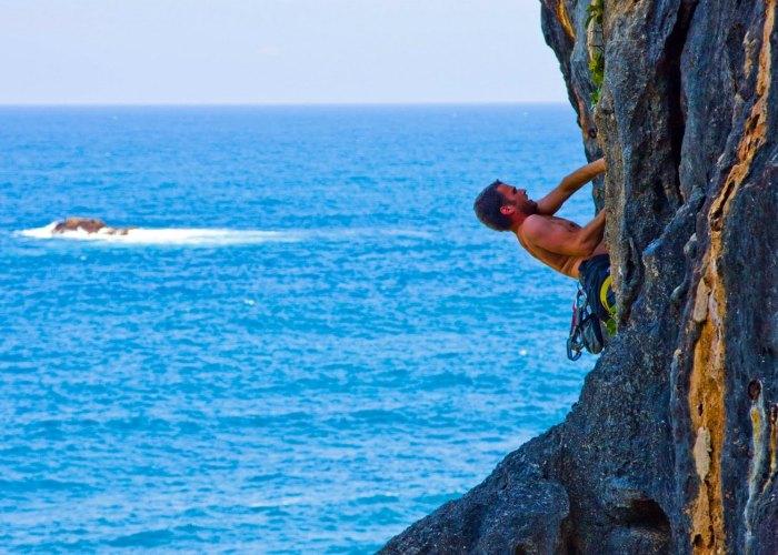 Mendaki Tebing Karang Di Pantai Siung