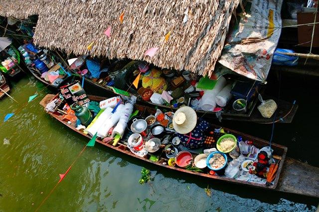 Di Thonburi teman - teman traveler bisa berbelanja di pasar terapung.