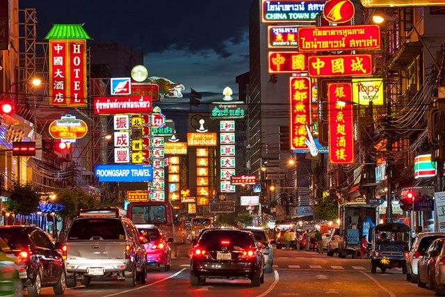 Yaowarat Dan Phahurat adalah area multikultural dengan China Town dan Little India versi Bangkok.