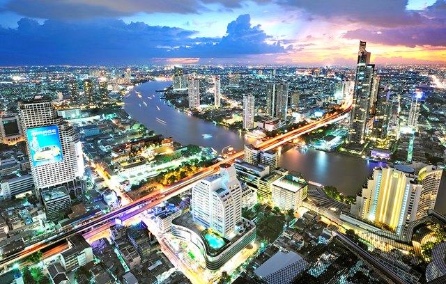 Silom district, adalah pusat perekonomian Bangkok.