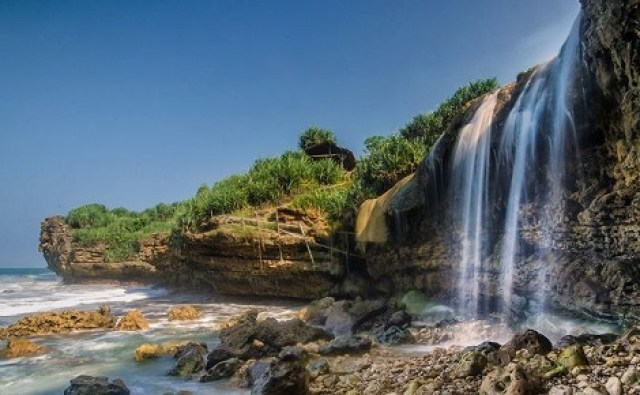 Pantai Jogan yang unik dengan air terjunnya (source photo)