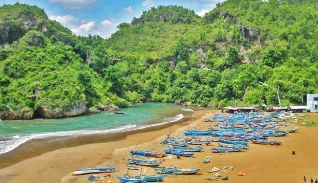 Pantai Baron yang dipenuhi perahu nelayan terlihat lebih menarik (source photo)