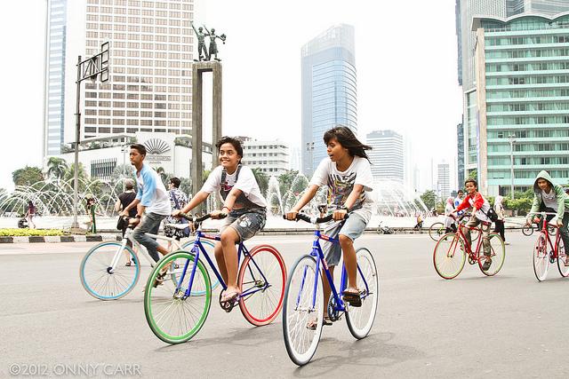 Anak-anak yang asik bersepeda di car free day (sumber)
