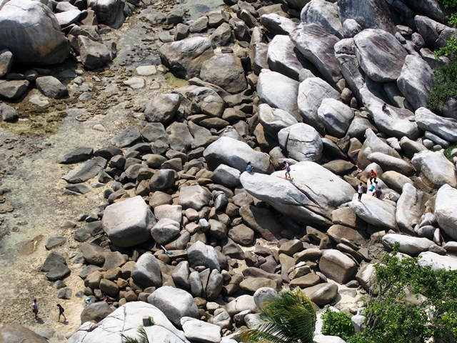 Bebatuan granit raksasa semakin menakjubkan dilihat dari atas mercusuar