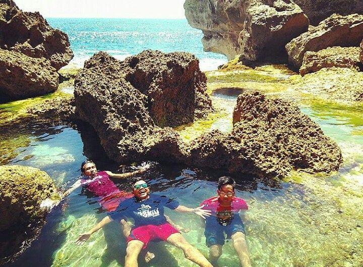 Lebih seru kalau menikmati keindahan pantai di Tulungagung ini bersama teman-teman