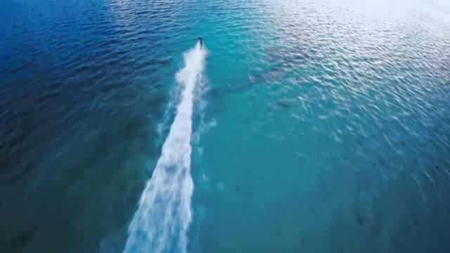Dia terus melaju sekencang - kencangnya ke tengah lautan.