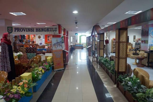 Di SMESCO beberapa lantai dipakai untuk memerkan produk UKM yang bisa dibeli sebagai oleh - oleh.