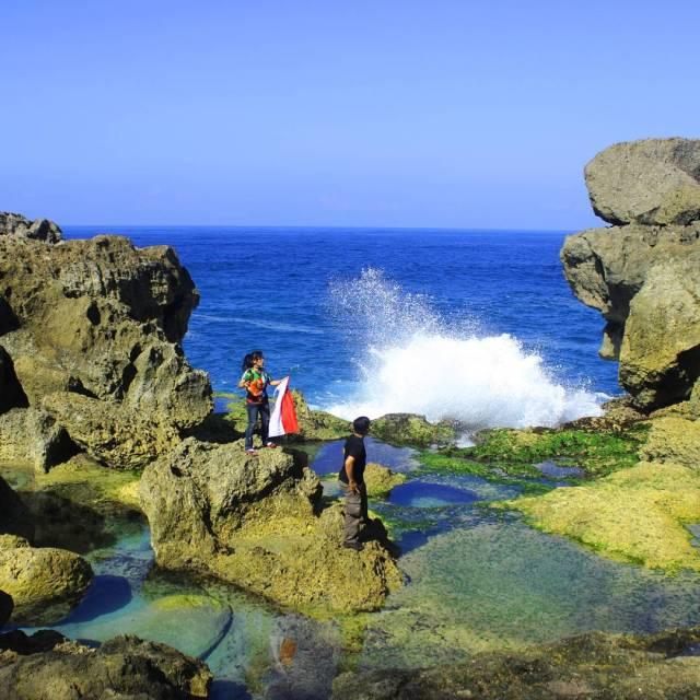 Kalau bermain di pantai ini harap berhati hati karena ombak pantai selatan yang besar!