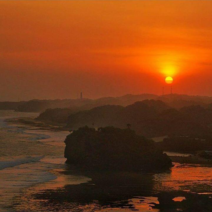 Pantai Drini Sunsetnya juga menggoda.