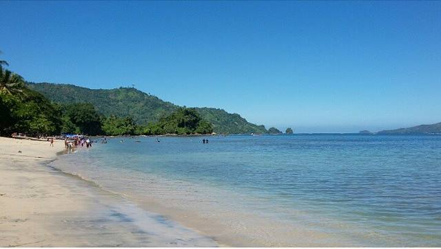 Pantai Karanggongso dengan pasirnya yang putih bersih.