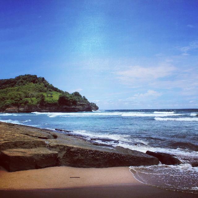 Pantai di selatan Tulungagung ini adalah pantai dengan pasir putih dan beberapa bagian berupa karang.