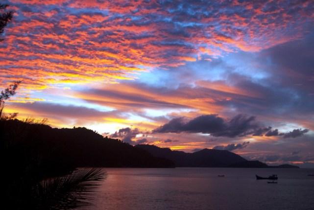 Danau Toba Medan, juga memiliki sunset yang tidak kalah indah (sumber)