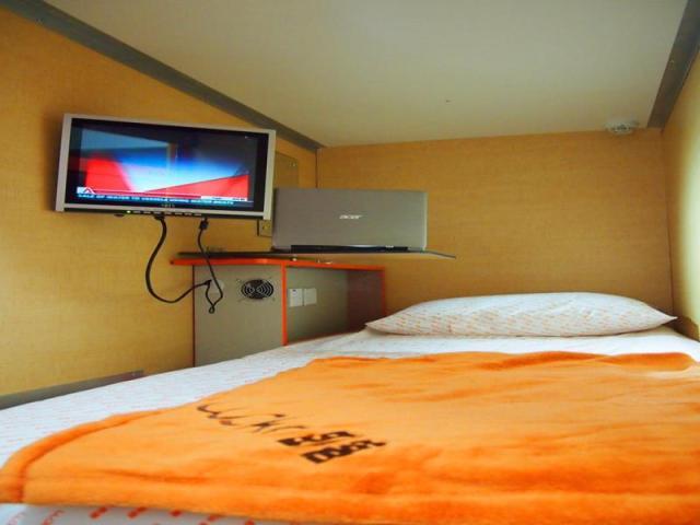 Kasur Woke Home Capsule Hostel