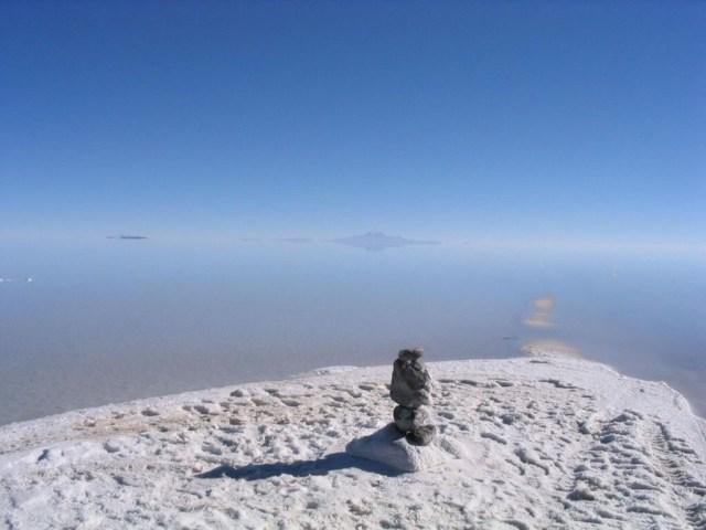 Sebuah pulau yang ada di tengah padang garam