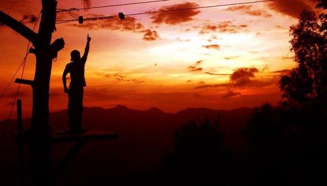 Senja si Kalibiru dengan latar Waduk Sermo (sumber)