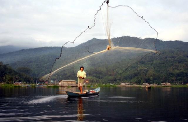 Kegiatan menjaring para nelayan dapat menjadi objek foto yang menarik