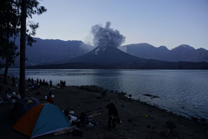 Gunung Rinjani Meletus, Bandara Ngurah Rai Terganggu, Bandara Ditutup. Suasana letusan Gunung Batujari di Puncak Rinjani diambil oleh seorang pendaki (via facebook)