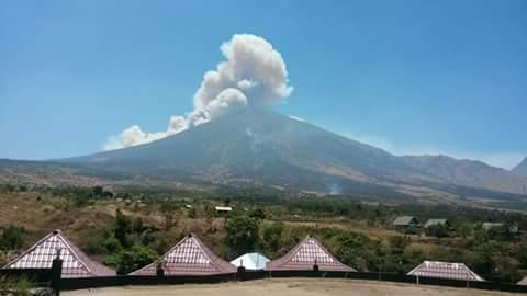 Material Vulkanik tebal tampak terlihat dari lereng Gunung Rinjani