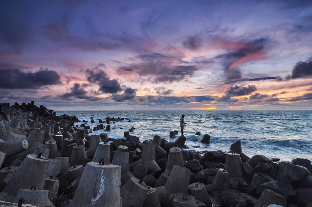 Kulon Progo Juga Punya Pantai Glagah Dengan Pemecah Ombaknya Yang keren! Makanya jangan sampai dilewatkan wisata Kulon Progo yang satu ini ya! <em>via instagram https://www.instagram.com/p/-pkMrgA-12/</em>