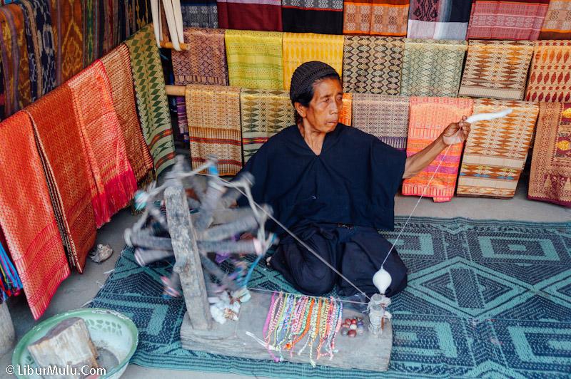Masyarakat desa sade adalah pentani ulung dan penenun handal
