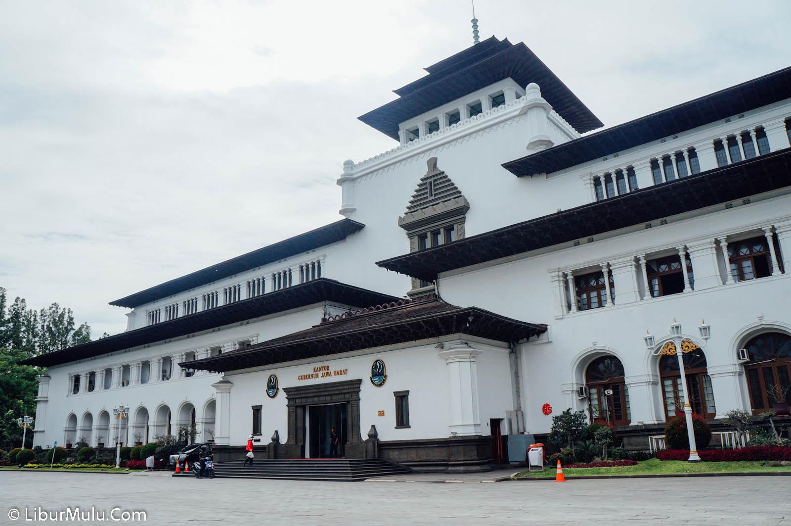 Gedung sate adalah gedung bersejarah di Bandung