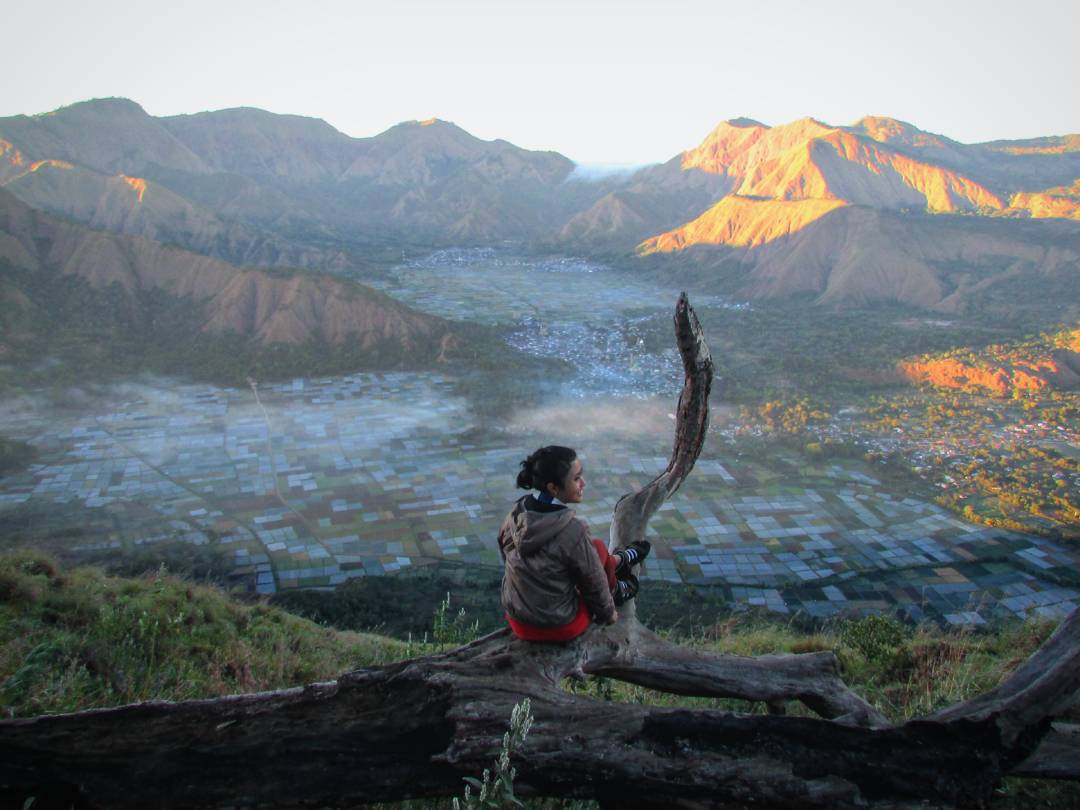 Pagi hari adalah waktu yang paling tepat unuk menikmati bukit keren di Lombok ini!