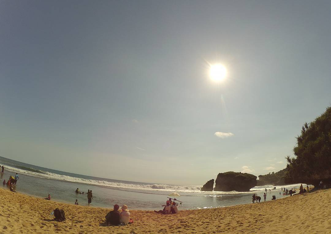 Siang hari main ke Pantai Kukup juga seru