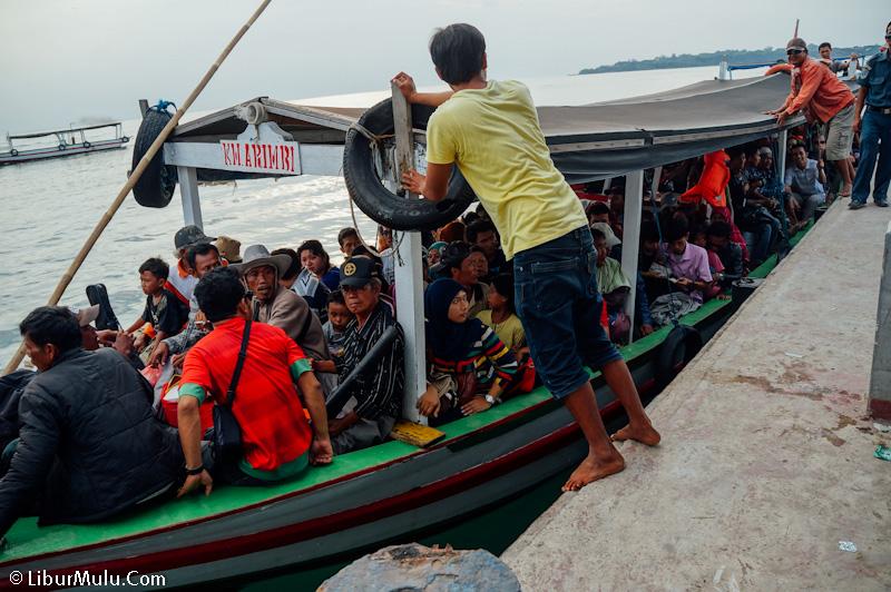 Ucapkan selamat tinggal dengan perahu kecil penyeberangan yang sering overload penumpang! Sekarang sudah ada kapal perintis KM Sabuk Nusantara 46 yang nyaman teman-teman!