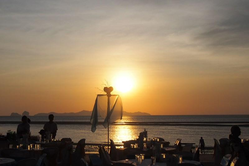 Sunset menawan di tepi laut andaman