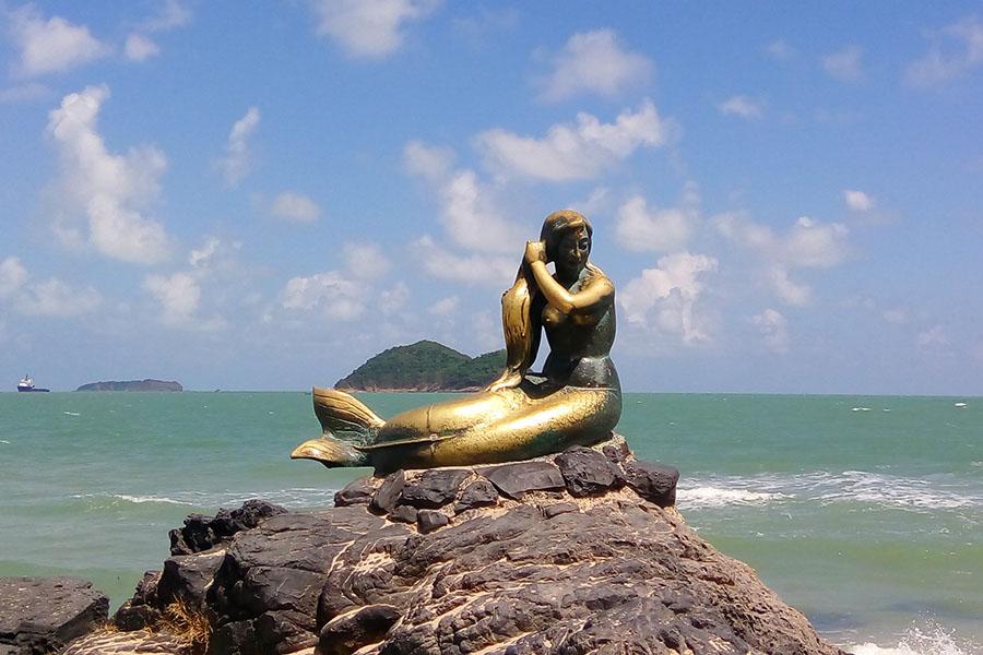 Patung golden mermaid berlatar pulau kucing dan tikus di Hatyai, Thailand Selatan.