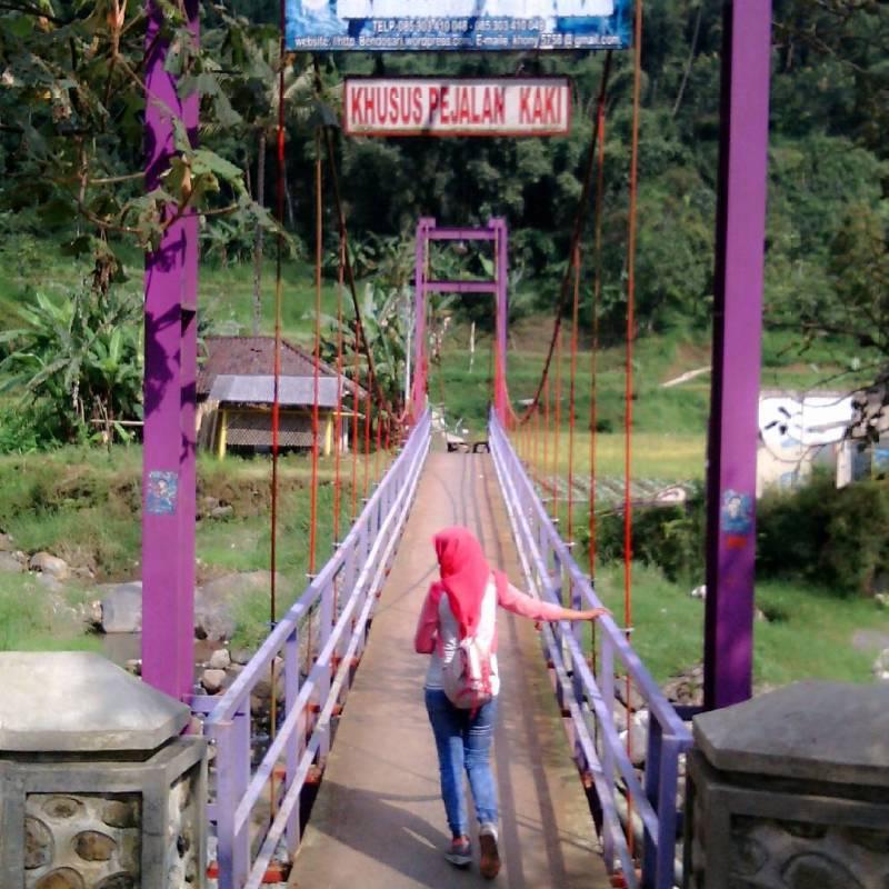 Jembatan penyeberangan menuju air terjun