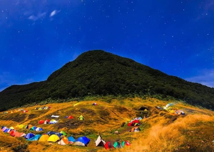 Gunung Gede Dengan Ketinggian 2.958 mdpl di Bogor, Jawa Barat by IG @riougen