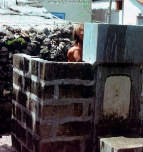 Belum ada kolam renang, bathub atau hotel dengan kamar mandi mewah di bali. Yang ada hanyalah pemandian terbuka seperti ini