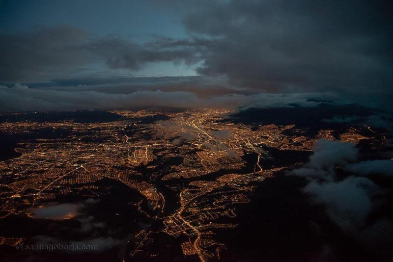The view of the city with lots of lights at night is always fun to capture with the camera right? Like a photo from one of the cities in Ecuador.