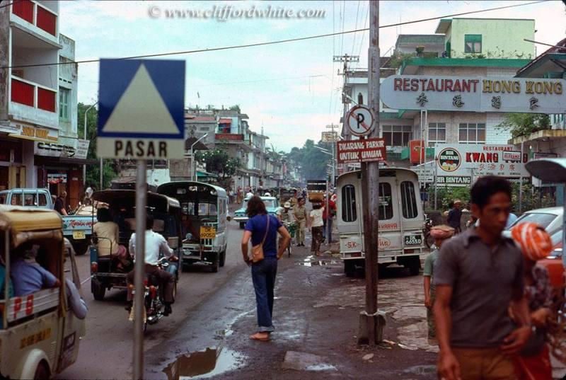 Ramainya jalanan utama Kota Denpasar pada tahun 1975