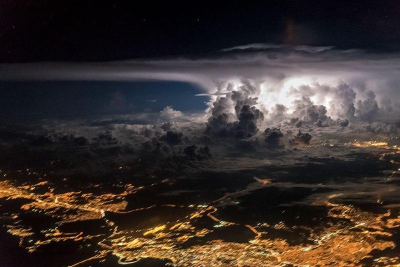 Sebuah badai yang terlihat dari kokpit pesawat, menyerang Kota Panama