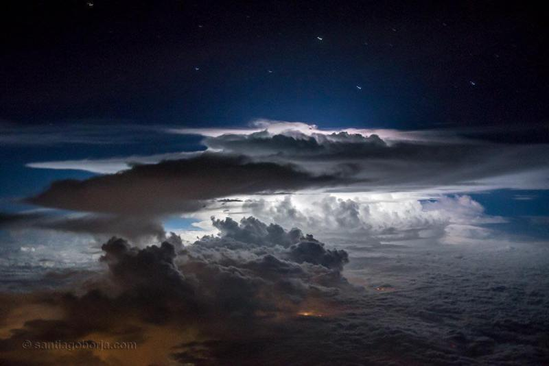 A very strong photo of lightning that slid tens of kilometers around it at once. This time over Panama City.