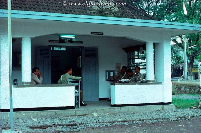 Suasana kantor polisi di Denpasar pada tahun 70-an