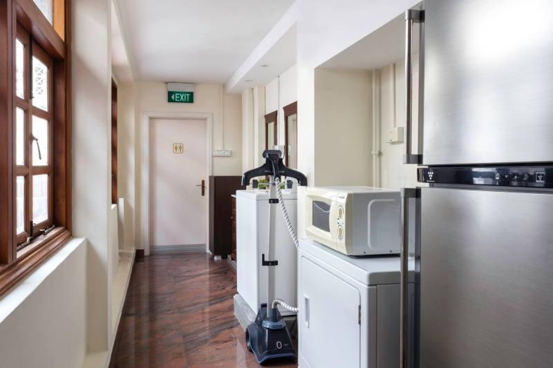 Dapur hostel ini rapi dan bersih