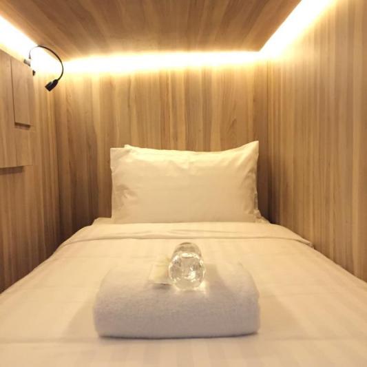Foto bagian dalam kapsul tipe single di Cube Boutique Hotel